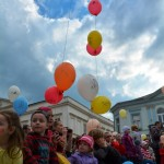 deti pred podiom s balonikmi